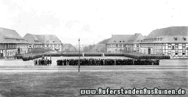 https://www.auferstandenausruinen.de/wp/wp-content/gallery/luftwaffenkaserne-geschichte/die-fachwerkbemalung-dient-der-tarnung-der-militaerischen-gebaude-1939.jpg